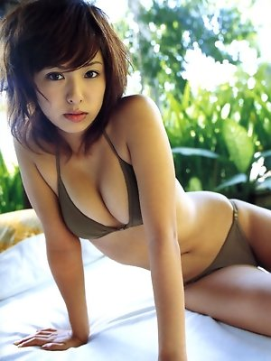 Seductive gravure idol allures with her plump boobs in a bikini